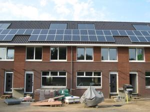 Project Welemanstraat Borne (2012). Met een beperkte hoeveelheid PV-panelen krijgen deze passiefwoningen een EPC van 0. Ontwerp: Beltman Architecten; realisatie: Oude Lenferink Bouw.