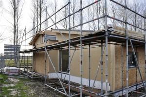 Een harde persing houtvezelisolatie wordt aan de buitenzijde tegen de hsb bevestigd als extra isolatie en koudebrugonderbreker.