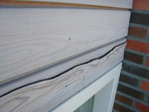 Spanning in het hout door vocht en daarna te snel drogen.