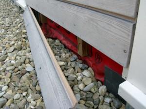 Geen ventilatie van onderen doordat de grindbak direct aansluit op de gevelbekleding.