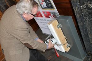 Theo d'Archard van Enschut van Gevelscan demonstreert een prototype van een apparaat waarmee de kierdichting met behulp van ultrasoontechniek al tijdens het bouwen kan worden gecontroleerd.