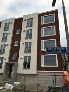 In de Arnhemse wijk Presikhaaf zijn recentelijk (2015) 64 portiekflats gerenoveerd. Hier is een matte ruit in een kozijn gestopt in de woonkamer, met een rooster ervoor. Een balkondeur in de slaapkamer is omgebouwd tot draaikiep. Daardoor is er mogelijkheid tot dwarsventilatie in de appartementen. De luiken zijn gemaakt door Timmerfabriek Webo, hoofdaannemer was VastBouw. Foto: BouwNext