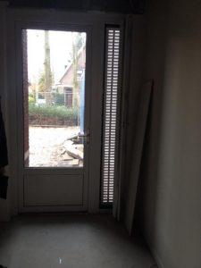 Bij het met een Passief Bouwen Award bekroonde woonzorgcentrum van 22 appartementen voor huurder De Baalderborg Groep in Vroomshoop zijn zomernachtventilatievoorzieningen toegepast in de gangen naast de deuren. Ze zijn speciaal gemaakt voor het project op basis van Rehau kozijnprofielen met een Storax rooster door Volkerink Bouw. Het project is opgeleverd in 2014 door hoofdaannemer Bouwbedrijf Karsten. Foto: BouwNext