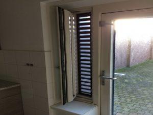 De wijk de Kroeven in Roosendaal was in 2010 toneel van een van de eerste grote passiefhuisrenovaties van Nederland, waarbij twee bouwmethoden zijn toegepast. VDM Woningen leverde voor de ene methode nieuwe hsb gevel- en dakelementen, waarbij Passiefkozijnen met zomernachtventilatie van Timmerfabriek Overbeek zijn toegepast in de keuken naast de achterdeur. Foto: Ad van Reekum