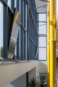 De oude achtergevel van zorgcentrum de Schaesbergerhof in Landgraaf is in 2015 vervangen door een vliesgevel van lichte materialen en glas. Om mogelijke oververhitting tegen te gaan is verspreid over de vliesgevel vier keer de DucoGrille NightVent toegepast. Daarnaast zitten er nog vier NightVents in houten kozijnen elders in het gebouw. Ze zijn aangesloten op een eenvoudig gebouwbeheersysteem, waarbij de luiken automatisch open gaan boven een bepaalde temperatuur. Opdrachtgever van de renovatie was HEEMwonen, aannemer Habenu van de Kreeke. Foto: Duco