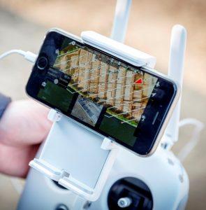 Op de schermpjes van hun smartphones zien zij ondertussen wat de drone ziet: een fabriekshal vanuit vogelperspectief. (C) Roel Dijkstra Fotografie / Foto Fred Libochant