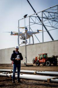 """Hoe kunnen medewerkers gebruik maken van deze technologie. """"Straks wordt de maatvoerder misschien ook wel drone-piloot."""" (C) Roel Dijkstra Fotografie / Foto Fred Libochant"""