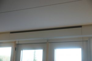 Ventilatiesysteem C in de Brabantwoning: een koof voor de ventilatieroosters zorgt ervoor dat koude buitenlucht langs het plafond wordt ingeblazen.