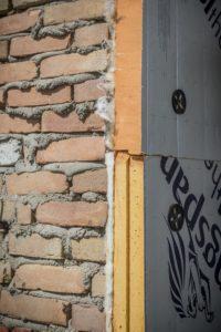 Binnenmuren van oude woningen zitten vaak vol speciebaarden. Een crime voor harde isolatie.