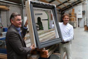 Arie van Liempd en Ronald Bal presenteren het dakraam van reclaimed hout.