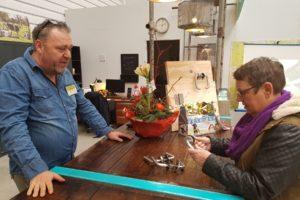 Winkelmanager Teun Rook heeft fraaie deurkrukken in de aanbieding.