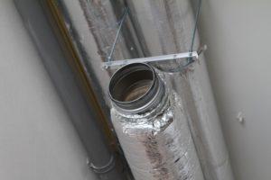 Inblaaskanaal op de zolder. Het trapgat fungeert als één groot inblkaaskanaal.