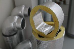 """R-Vent levert ventilatiekanalen van gerecycled glas, gesponnen tot deken en voorzien van aluminium cachering. Van buiten rond, van binnen 6 hoekig maar flexibel en daarmee ook platter te maken  als de situatie daarom vraagt (""""er kan 90 meter kanaal op een pallet"""", aldus adviseur Martin Brouwer). Deze flinke kanalen zijn in de huidige Nero Zero woning volop in het zicht, maar worden in het eerste project afgetimmerd."""