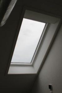 De drie dakramen op zolder komen van Velux, dat inzet op daglicht, comfort en natuurlijke ventilatie. Het dakraam boven het trapgat zit er specifiek voor de trek in combinatie met het raam beneden en kan automatisch en handmatig worden geopend en gesloten. Een regensensor sluit zo nodig het raam.