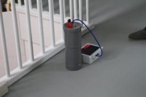 De versnelde luchtdichtheidsmethode. ACIN Instrumenten ontwikkelt deze in samenwerking met TNO. Het idee is: bij een project van 50 woningen worden doorgaans maar 2 of 3 woningen gemeten met een blowerdoortest om de luchtdichtheid te controleren. Om zeker te weten dat iedere woning presteert, moeten ze alle 50 worden gemeten. De meetmethode bestaat uit een referentievat met druksensor en wifi. Door de wtw een aantal keer volledig op te toeren kan het drukverschil worden bepaald en de qv10 worden afgeleid.