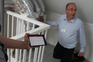 """""""Als je nu die 3 woningen met blowerdoor én met deze methode doet, kun je voor de overige woningen alleen deze methode gebruiken"""", legt directeur Niek-Jan Bink uit. Het systeem komt over een half jaar op de markt. """"We werken ook aan een eenvoudigere meetset voor het inregelen van het ventilatiesysteem. Deze twee tools moeten installateurs eigenlijk standaard gaan gebruiken."""""""