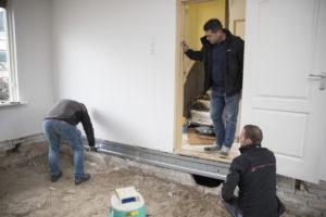 Weijman Vastgoedonderhoud installeert de Combifor systeemvloer, bestaande uit stalen liggers, isolatieplaten en thermostrips.