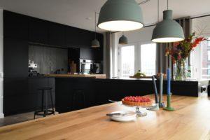 De keuken werd qua omvang verdubbeld en kreeg een kookeiland.