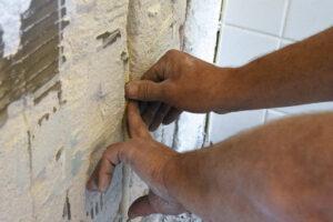 Op de eerste verdieping zijn sleuven gefreesd en worden leidingen verlegd ten behoeve van de nieuwe badkamer.