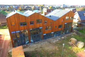 Vijf rijwoningen in Lent, vanaf de begane grond helemaal van hout gebouwd. (Foto: MultiBeeld Media Producties)