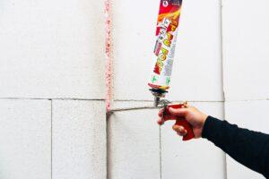 Zwaluw FP PU Foam is een 1-component, brandwerend polyurethaanschuim. Kan met de hand of pistool aangebracht worden. Zwaluw FP PU Foam biedt brandweerstand tot 120 minuten. Gecombineerd met andere FP producten loopt dit op tot 4 uur.(Foto: Bostik)