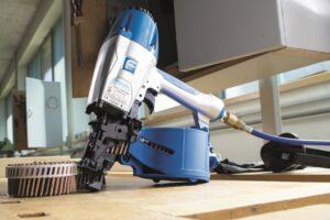 De coilspijkermachine slaat houten nagels met grote kracht in de ondergrond. (Foto: Beck Fastener Group)