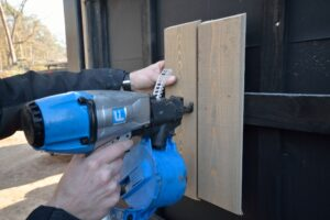 Dijkhuis bevestigt planken buitengevel met houten nagels. (Foto: Marcel van Rijnbach)