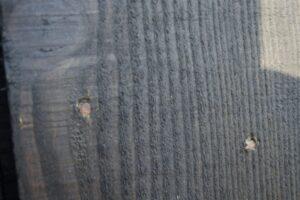 De koploze houten nagels worden niet op gelijke hoogte genaild vanwege splijtrisico hout. (Foto: Marcel van Rijnbach)