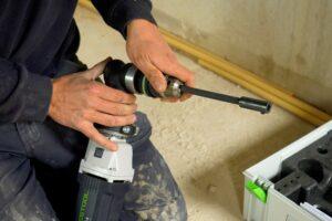 Met de haakse kop kun je in de onbereikbare gedeeltes van de plafondconstructie gewoon leidingen aanleggen. (Foto: Rob Goossens)