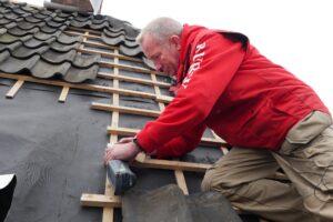 Durrieux kan met de VECTURO zonder probleem het dak op om een gootbodem bij te zagen. (Foto: Rob Goossens)
