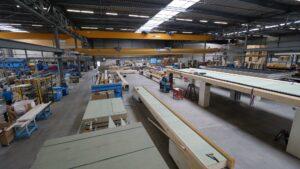 Met een vloeroppervlak van 13500 m2 zijn de productiehallen van Groothuis Bouw indrukwekkend te noemen. (Foto: Rob Goossens)