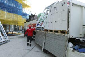Gebundeld transport van materialen voor een project bespaart aantal transporten (foto Raab Karcher)