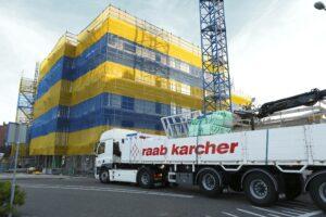 Vanuit de vrachtwagen exact op hoogte leveren (foto Raab Karcher)