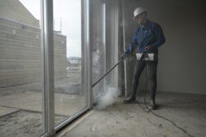 De rookproef maakt duidelijk waar de lekken zitten. Foto: Eric de Vries/TNO